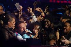 Singer Chris Martin mitten in den Fans. (Bild: Keystone)