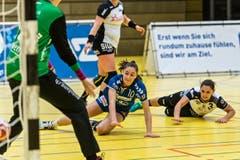 Daphne Gautschi versenkt den Ball zwischen den Beinen der Kreuzlinger Torhüterin. (Bild: Christian H.Hildebrand / ZZ)