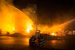 In der Nacht auf Dienstag muss die Feuerwehr Brände löschen. (Bild: Keystone / Evan Vucci)