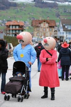 Rabenau und seine Frau an der Kinderfasnacht. (Bild: Marion Wannemacher)