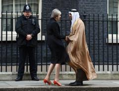 Theresa May begrüsst Scheich Maohamed AL Nahyan, Kronprinz aus Abu Dhabi. (Bild: Andy Rian/EPA)
