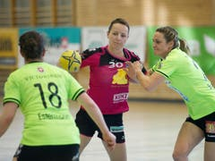 Sponos Ivana Ljubas (mitte) gegen die Zugerinnen Ria Estermann (links) und Lynn Schwander. (Bild: Corinne Glanzmann)