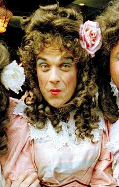 """Gaststar bei """"Little Britain"""": Für die britische Comedy-Serie stürzt sich Robbie Williams 2005 in Frauenkleider. Damals bekundete Williams, dass er gerne mal für 24 Stunden die Rollen tauschen würde: """"Dann würde ich endlich kapieren, was in den Köpfen von Frauen los ist."""" (Bild: Keystone)"""