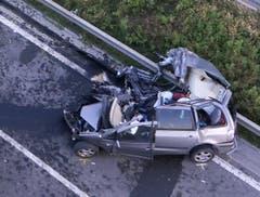 Das Unfallauto, in dem zwei Personen starben, wurde regelrecht auseinandergerissen. (Bild: helinews.ch)