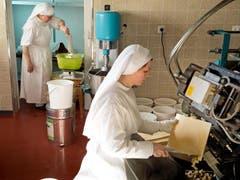 150 Kilogramm Mehl verbacken die Schwestern an einem Tag. In das Wasser giesst Schwester Agnes, hinten, jeweils eine Kanne Wasser aus dem Wallfahrtsort Lourdes, das habe mehr Energie. (Bild: Dominik Wunderli / Neue LZ)