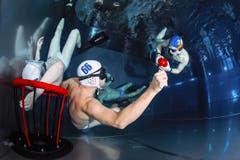 Beim Unterwasserrugby ist es das Ziel, den Ball im Korb unterzubringen. (Bild: PD)