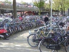 Velos. Was in Amsterdam normal ist, gibt in Luzern zu unzähligen Diskussionen Anlass (Bild: Hans Scheidegger)