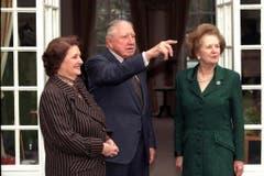 Die Briten waren ob dieses Besuchs «not amused»: Margaret Thatcher und der ehemalige chilenische Diktator Augusto Pinochet mit dessen Frau Licia Hiriat (1999). (Bild: Keystone)