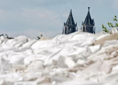 Sandsäcke vor der Kathedrale in Magdeburg. (Bild: Keystone)