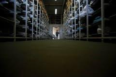 Dieses Foto vom 20. März zeigt einen Forensiker in einer Halle, in der die menschlichen Überreste von mehr als 4500 Personen eingelagert sind, die noch nicht identifiziert werden konnten. (Bild: AP Photo / Amel Emric)