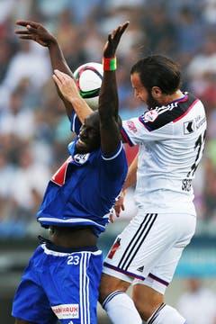 Luzerns Sally Sarr (links) gegen Basels Shkelzen Gashi. (Bild: Philipp Schmidli)