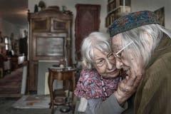 SWISS PRESS PHOTO 18 - 2. PREIS ALLTAG: ROLF NEESER - Unendliche Liebe. Am 1. November 2017 feiern Silvia and Walter Frei aus Biel ihren 65. Hochzeitstag. (Bild: SWISS PRESS PHOTO/Rolf Neeser vers. Medien))