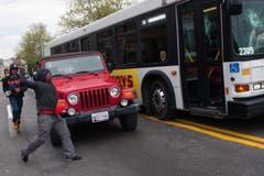 Voll drauf auf einen Linienbus. (Bild: Keystone/EPA/Noah Scialom)