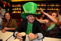 In einem irischen Pub in Australien wird mit einem Guiness der St.Patrick's Day begossen. (Bild: Keystone)