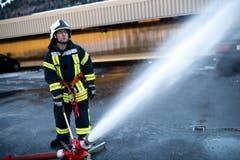 Ein Feuerwehrmann bekämpft den fiktiven Waldbrand... (Bild: Roger Grütter / Neue LZ)