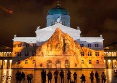 Auf die Fassade des Bundeshauses zaubern Licht- und Toneffekte ein Urchaos, aus dessen Tiefen das Matterhorn steigt. (Bild: Keystone / Lukas Lehmann)