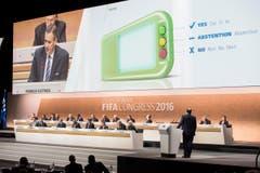 Die Delegierten erfahren, wie das Abstimmungskästchen ztu bedienen ist, … (Bild: Keystone/Ennio Leanza)
