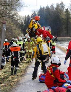 Die Rettungskräfte im Einsatz. (Bild: EPA/Uwe Lein)
