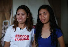 Die Schwestern Sarah Songalia (links) und ihre jüngere Schwester Veronica Saavedra erinnern sich unter Tränen an die Angst und ihre Erlebnisse während des Sturms. (Bild: Keystone)