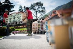 Arbeiter fügen ein Haus in die Kulisse der Piazza Grande ein. (Bild: Gabriele Putzu/Ti-Press/Keystone)