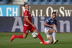 Luzerns Joao Oliveira (R) flankt zum 2:2 gegen Sions Vincent Ruefli. (Bild: Philipp Schmidli)