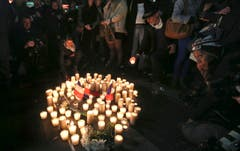 In Sydney zünden Menschen Kerzen zum Gedenken an die Opfer an. (Bild: Rob Griffith)