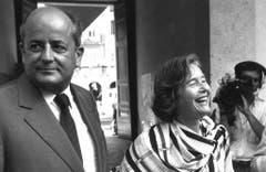 Undatierte Aufnahme von Hans W. Kopp und seiner Frau Elisabeth. Sein Bild in der Öffentlichkeit war nicht das beste: Monate vor dem verhängnisvollen Telefonat wurde er in der Presse als Steuerhinterzieher gebrandmarkt. Und schon vor der Wahl in den Bundesrat galt Hans W. Kopp als zwielichtige Figur. (Bild: Keystone)