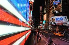Auch auf einem grossen Plakat wird bereits die Wiederwahl von Barack Obama verkündet. (Bild: Keystone)