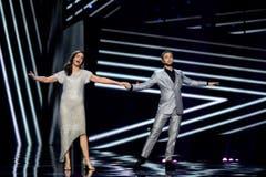 Die Moderatoren des Abends: Petra Mede (links) and Mans Zelmerlow. Dieser gewann den letztjährigen Eurovision Song Contest. (Bild: EPA/MAJA SUSLIN)