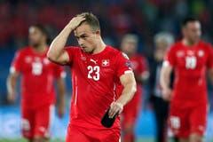 Xherdan Shaqiri verlässt nach der Niederlage enttäuscht das Spielfeld. (Bild: Keystone/Peter Klaunzer)