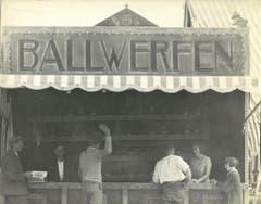Das waren noch Chilbi-Zeiten: Bei Josef Zanolla senior und August Zanolla kann man seine Zielfertigkeit beweisen. Bild vermutlich aus den 1930er-Jahren. (Bild: Privatarchiv der Familie Zanolla)