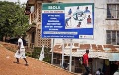 Dieses Hinweisschild warnt die Bevölkerung im Land Sierra Leone vor den Symptomen des tödlichen Ebolavirus. (Bild: Keystone)