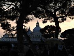 Diese Sonnenuntergangs-Stimmung am Canale Grande in Venedig, umgeben von mystischen Gestalten, war ein Erlebnis der ganz besonderen Art. (Bild: Margrith Imhof-Röthlin)