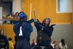 41. KENDO Schweizermeisterschaft in der Turnhalle Utenberg in Luzern: Kendo ist eine traditionelle japanische Schwertkampfkunst. Im Bild links: Strub aus Genf rechts: Schoch aus Basel (Bild: Roger Grütter/Neue LZ)