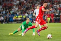 Josip Drmic umspielt Goalie Joe Hart. (Bild: Keystone/Ennio Leanza)