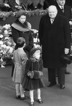 Elisabeth und der damalige Premier, Sir Winston Churchill, warten an der Waterloo Station auf die Queen. Vorne stehen Prinz Charles und Prinzessin Anne. (Bild: Keystone)