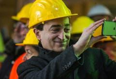 Marco Borradori, Bürgermeister von Lugano, macht Fotos mit seinem Smartphone. (Bild: Keystone)