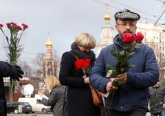 Menschen gedenken vor der französishen Botschaft in Moskau der Opfer des Attentats. (Bild: EPA/Sergei Chrikov)