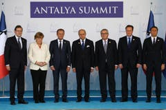 Auch der G20-Gipfel im türkischen Ort Bele unterbrach um 13.00 Uhr Ortszeit (12.00 Uhr MEZ) seine Sitzung. Die Teilnehmer versammelten sich schweigend neben den Flaggen Frankreichs und der Europäischen Union, die jeweils ein schwarzes Trauerband trugen. (Bild: AP / Anadolu)