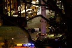 Ein Opfer des Terroranschlages liegt vor dem «Bataclan». (Bild: EPA/Yoan Valat)
