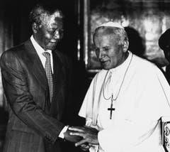 Nelson Mandela bei einem Treffen mit Papst Johannes Paul II im Vatikan im Juni 1990. (Bild: Keystone)