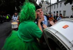 Der Kuss für den Mann in der Uniform während der Parade in Savannah hat Tradition. (Bild: Keystone)
