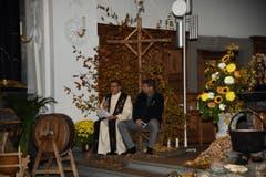 Beim Erntedankgottesdienst in der Pfarrkirche stellt der Pfarrer unter anderem die Frage nach der Vereinbarkeit von Kreuz und Handy-Antenne auf der Alp. (Bild: Robert Hess (OZ))