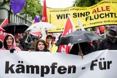 """Der Tag der Arbeit steht dieses Jahr im Zeichen der AHV. Die Gewerkschaften stellen den 1. Mai unter das Motto """"Gemeinsam kaempfen - fuer eine starke AHV"""". Der Slogan des Zuercher 1. Mai-Komitees heisst zudem """"Wir sind alle Fluechtlinge"""". (Bild: KEYSTONE/Ennio Leanza)"""