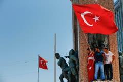 Menschen protestieren am Samstag gegen den Militärputsch auf dem Taksim Platz in Istanbul. (Bild: AP Photo/Emrah Gurel)