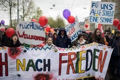 Kundgebungsteilnehmer tragen Transparente am Umzug in Zürich. (Bild: KEYSTONE/Ennio Leanza)