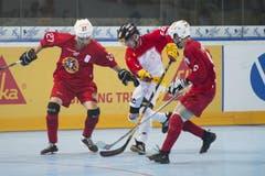 Der Schweizer Ismael Metroz (Mitte) wird von den beiden portugiesischen Spielern Ryan Leal und Dustin Macbeth in die Mangel genommen. (Bild: Maria Schmid (Neue ZZ))