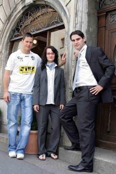 David Zibung, Marketing-Leiterin Sabine Haidan und Gerardo Seoane zeigen das Outfit für den Cupfinal 2007. (Bild: Beat Blättler)