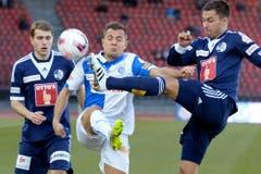 Die Luzerner Claudio Lustenberger (links) und Alain Wiss (rechts) gegen GCs Amir Abrashi. (Bild: Keystone)