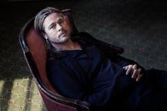 Der nachdenkliche Beau: Die Boulevardmedien geben sich noch immer mit dem Schönling Brad Pitt zufrieden. Dieser aber will mehr, viel mehr. Und verfolgt seine Pläne deshalb in aller Stille. (Bild: Keystone)
